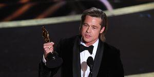 Brad Pitt op het podium met zijn Oscar bij de Academy Awards 2020