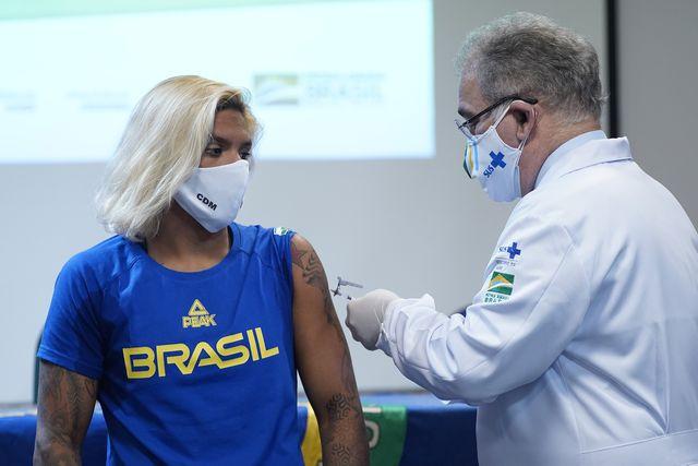 una deportista brasileña se vacuna para acudir a los juegos olímpicos de tokio