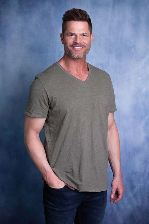 Hair, T-shirt, Clothing, Neck, Chin, Hairstyle, Sleeve, Facial hair, Cool, Standing,