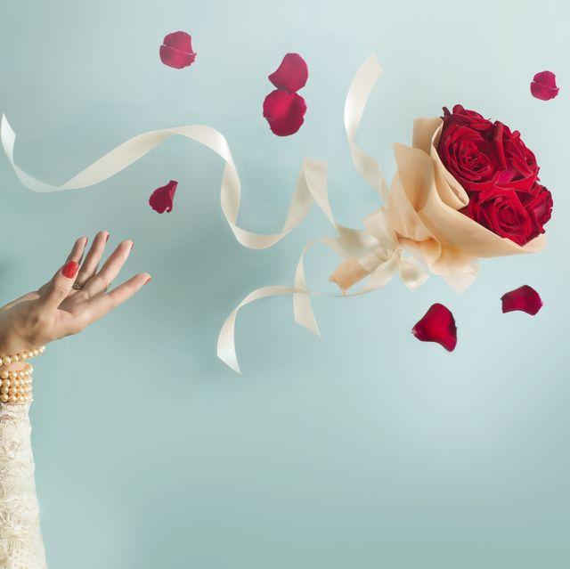 novia lanzando ramo de flores