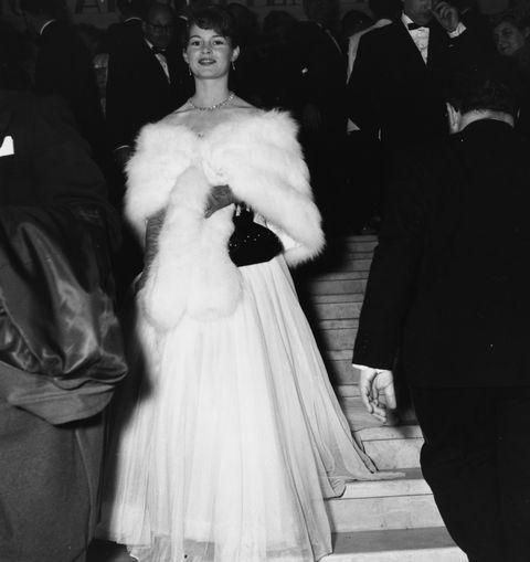 brigitte bardot op de rode loper van het cannes film festival 1953