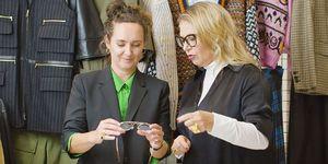 Esther Coppoolse en Fiona Hering bespreken brillentrends