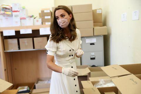 面對疫情,皇室成員怎麼做?18張照片一窺皇室成員們的防疫「工作日常」