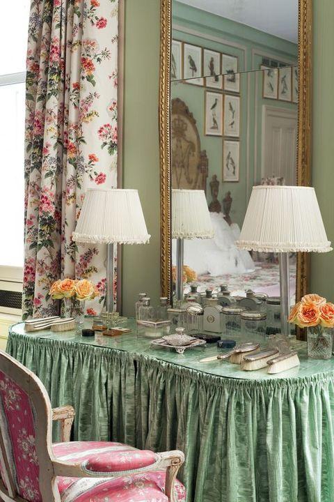 Tablecloth, Room, Green, Furniture, Curtain, Interior design, Textile, Table, Linens, Window treatment,