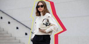 Een streetstylemodel in een broekrok op straat tijdens fashion week