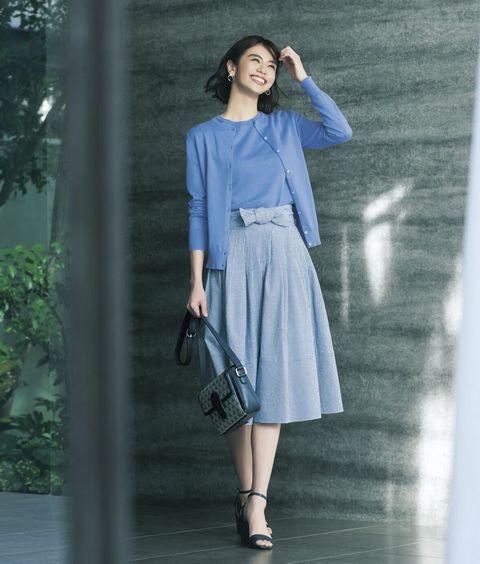 ブルーのニットにブルーのスカート着用モデル