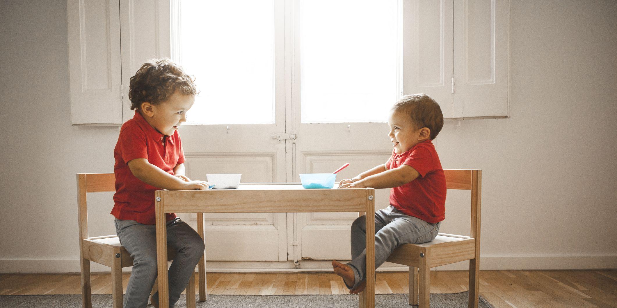 Hermanos sentados en una mesa