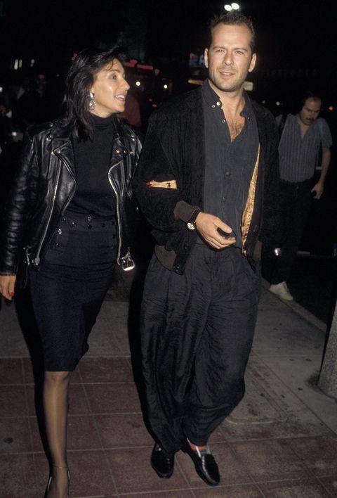 bruce willis con pantalones extra anchos de negro en 1986