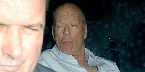 Bruce Willis abandona, muy perjudicado, un local deLondres