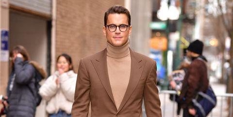 deze stijlvolle acteur laat je zien hoe je het bruine pak draagt