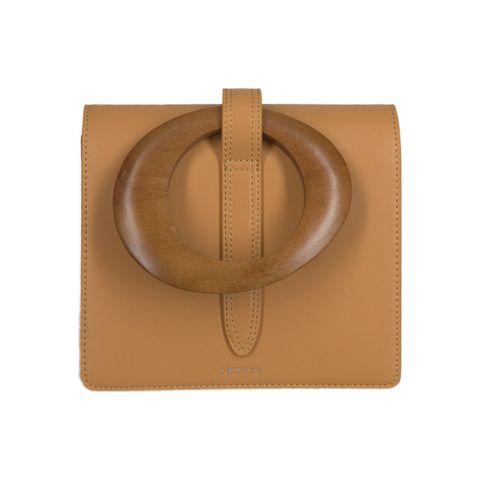 camel kleurige handtas gemaakt van duurzame materialen met houten gesp van inyati via omoda