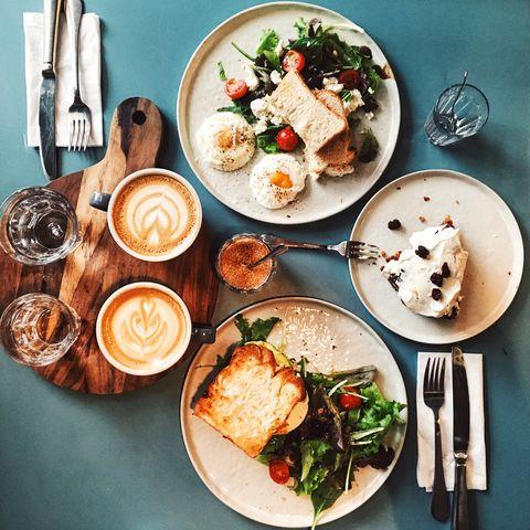 Desayuno con huevos, pan tostado, vegetales y café.