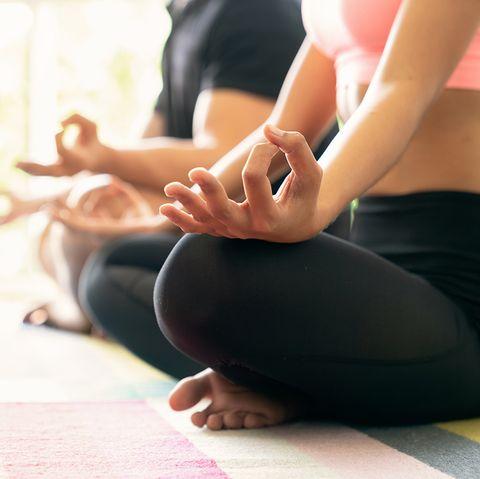 pareja practicando meditación sentados en el suelo