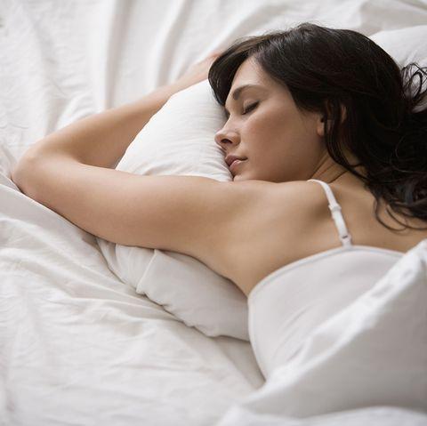 mujer durmiendo boca abajo en su cama