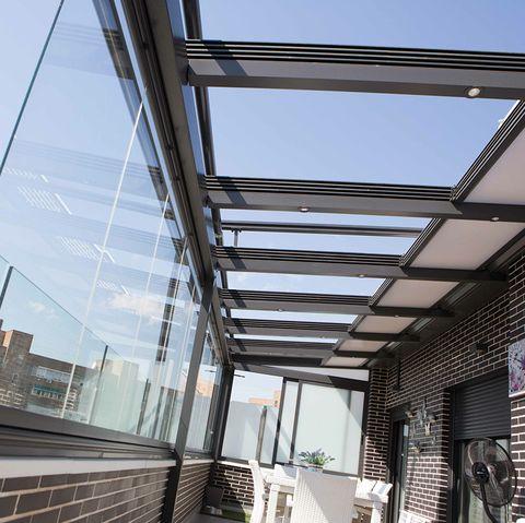 terraza privada acristalada con cortinas de cristal pivotal 250 del catálogo de cerramientos de kauma