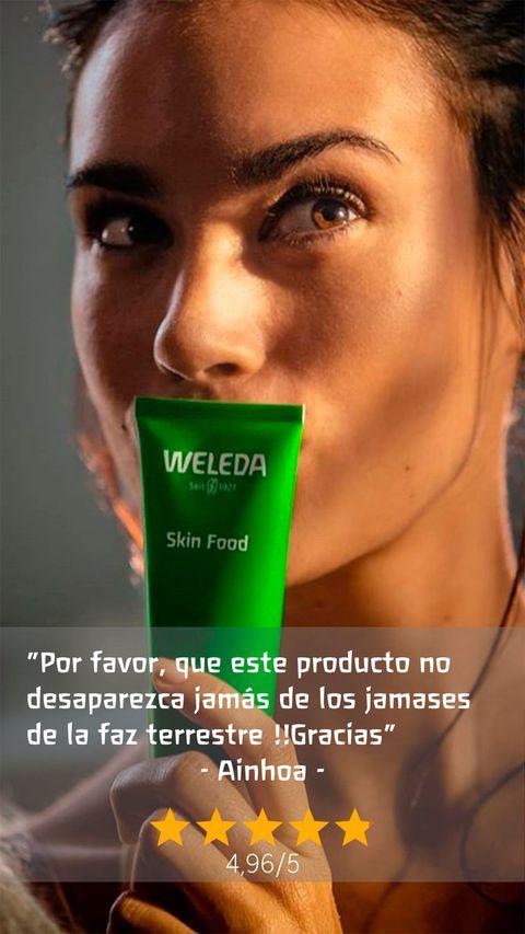 mujer besando el envase de weleda skin food