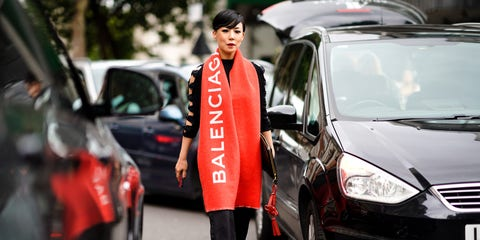 bufanda-balenciaga-roja