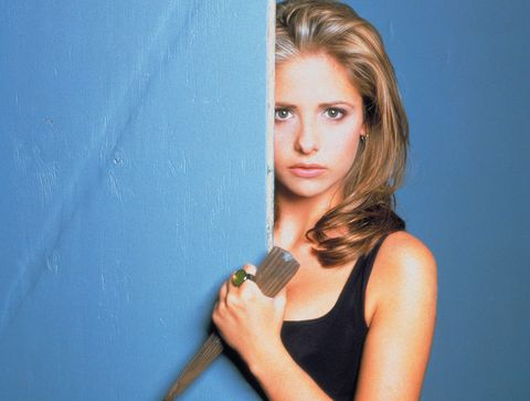 sarah michelle gear con un cuchillo en la mano
