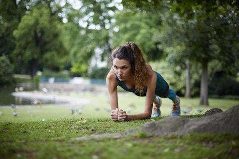 vrouw doet workout in het park