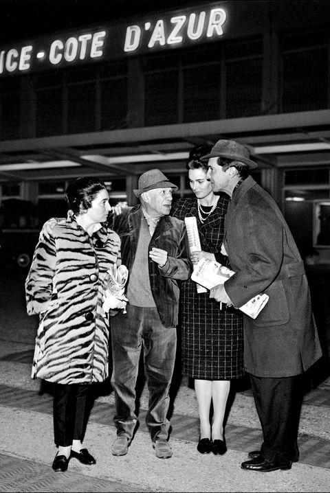 Lucía Bosé y Dominguín junto a Pablo Ruiz Picasso y su mujer Jacqueline en 1963 en el aeropuerto de Niza, Francia.