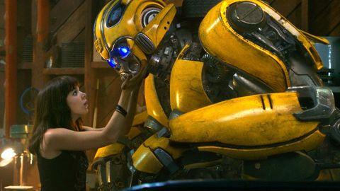 una chica toca a bumblebee