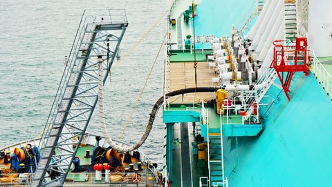 LNG bunkering heavy fuel oil