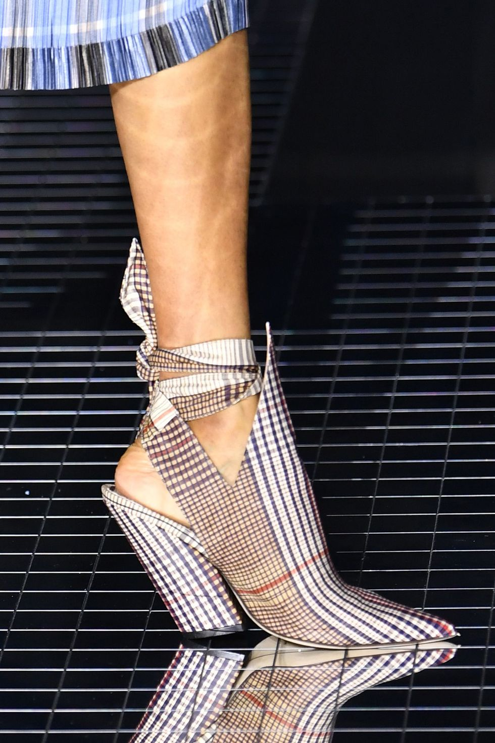 burberry-fall-2020-runway-plaid-heels-1581996456.jpg (980×1470)