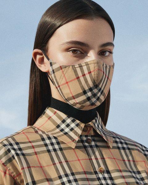 burberry 推出 vintage 經典格紋棉質口罩搭配經典格紋外套