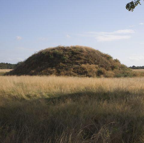 سنگ قبر در سایت باستان شناسی آنگلوساکسون Sutton Hu ، Suffolk ، انگلیس