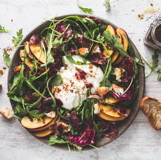 burrata salade met nectarine en radicchio