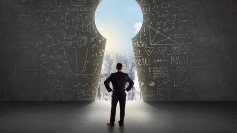zakenman kijkt door sleutelgat