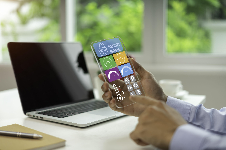 empresari que utilitza tauleta amb sistema de control remot de casa interfície de tecnologia de casa intel·ligent concepte de nova generació de tecnologia