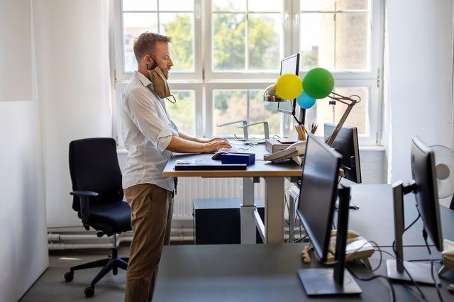 スタンディングデスクの選び方とおすすめ10選【在宅勤務の仕事用に】効果も解説