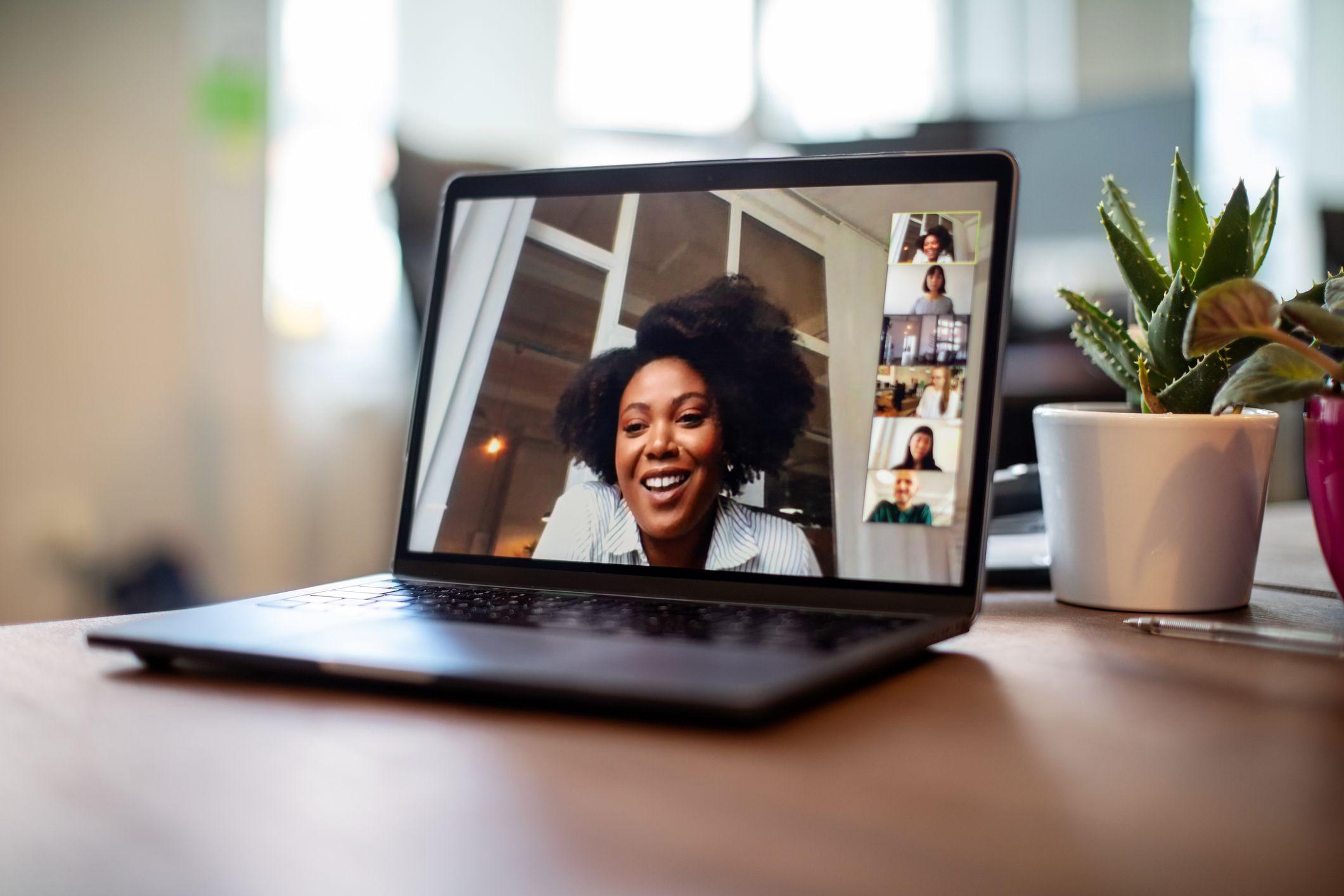 poslovna žena koja ima sastanak za video poziv sa svojim timom