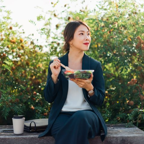 超準飲食心理測驗!從12種吃飯習慣「狼吞虎嚥、邊吃邊滑手機」看出他人個性