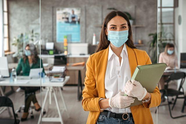 mujer con mascarilla en la oficina