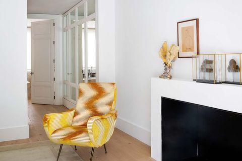 sillón vintage renovado con la alegre tela de jim thompson