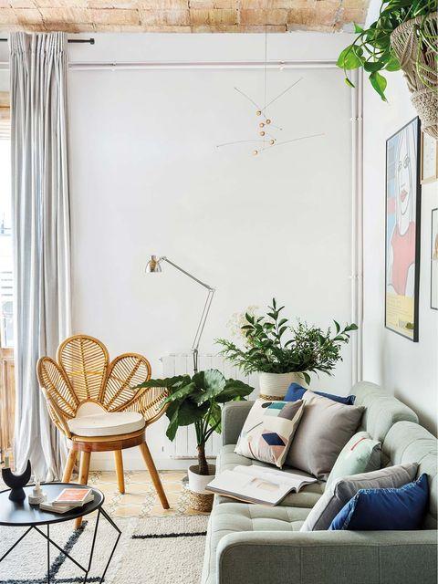 salón con butaca y sofá