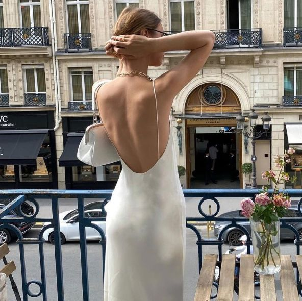 精選25款春夏「露背洋裝」推薦!一件式洋裝穿搭居家、外出都方便,打造法式性感慵懶風格必備