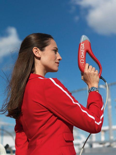 紅色衣服的女生拿著紅色的槍