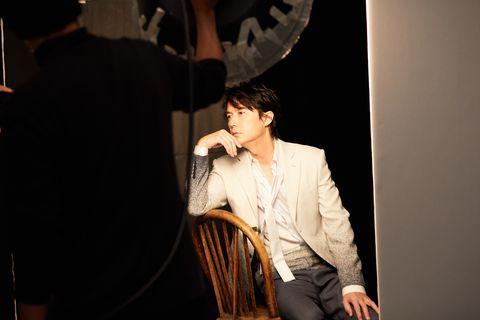 椅子にかけた福山さん