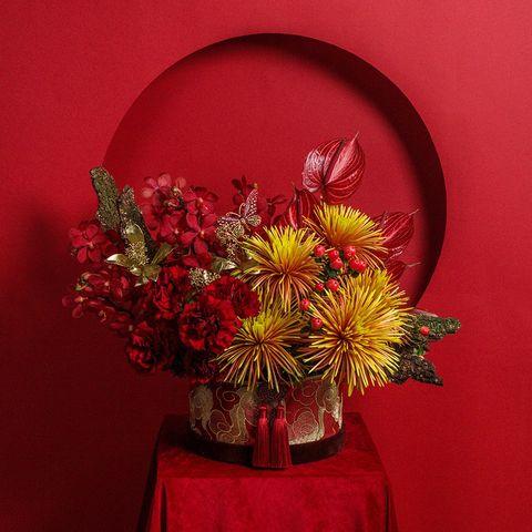 紅色背景前有橘色和紅色的花