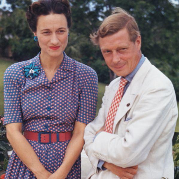 溫莎公爵夫人穿著紫色洋裝,溫莎公爵穿白色西裝