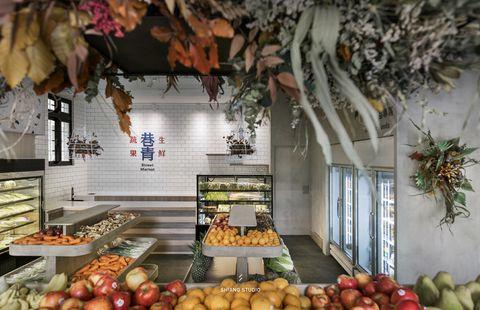 灰色裝潢和各式各樣水果的巷青水果店
