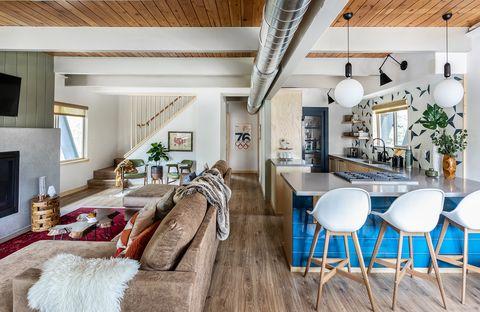cocina con barra abierta al salón de estilo rústico moderno