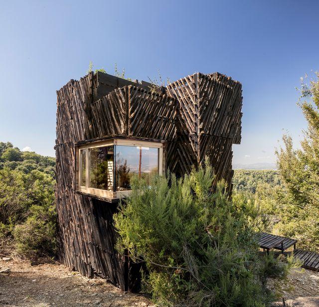 una cabaña hecha con maderas sostenibles prototipo the voxel