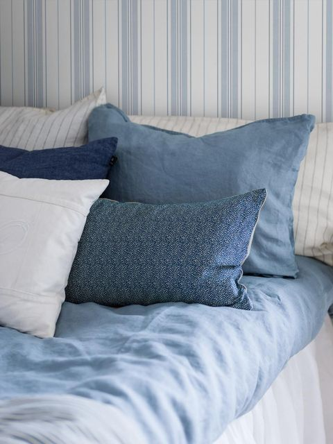 cabecero con papel pintado a rayas blancas y azules