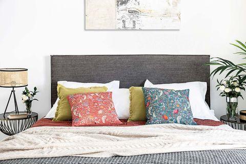 Dormitorio antes y después: Cojines de diferentes tamaños
