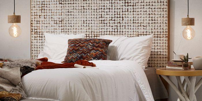 Cabecero de madera revestido con mosaico de coco
