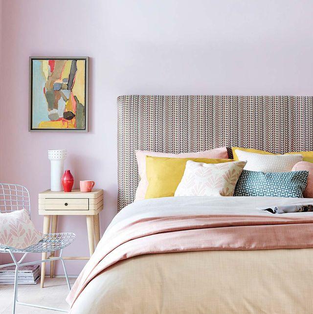 Dormitorio con cabecero entelado